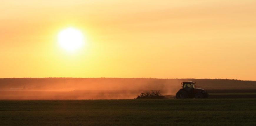 Coucher de soleil et tracteur