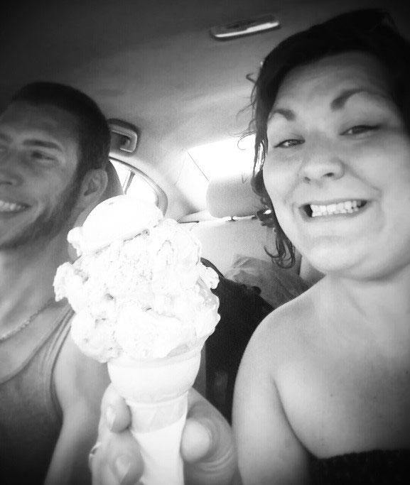 Nadia Cardin avec un cornet de crème glacée