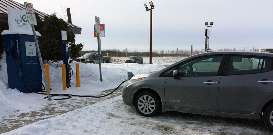 Ma Nissan Leaf en recharge à la Porte de la Mauricie à Yamachiche.