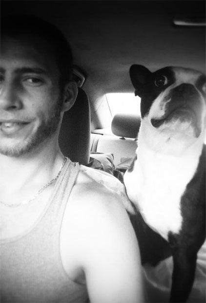 Simon, mon conjoint et Crazy, notre Boston Terrier.