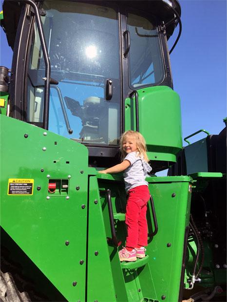 Enfant sur un tracteur